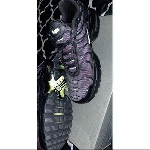 Black/ Volt Glow-Wolf Grey Nike air max plus